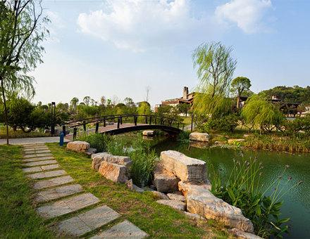 东湖生态旅游风景区面积88平方公里,由听涛
